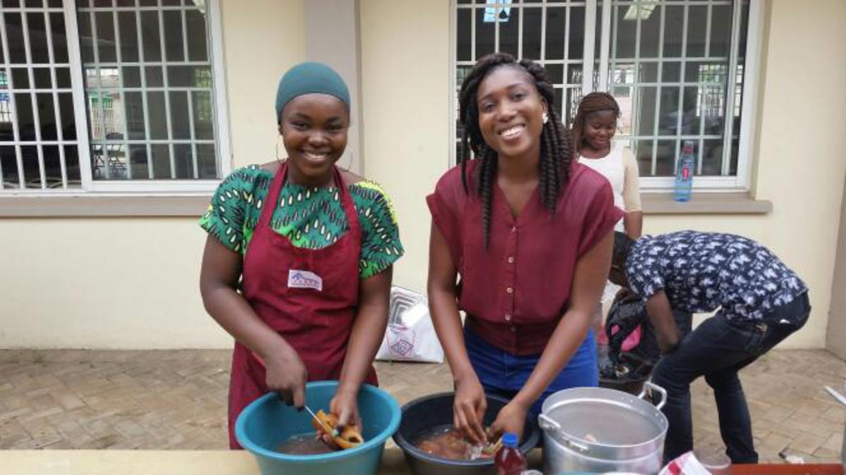 Les dames en train de faire la cuisine