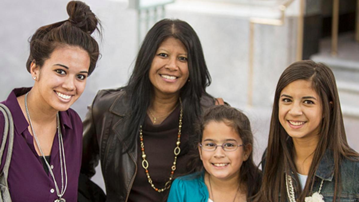 Mulheres participam de reunião em A Igreja de Jesus Cristo