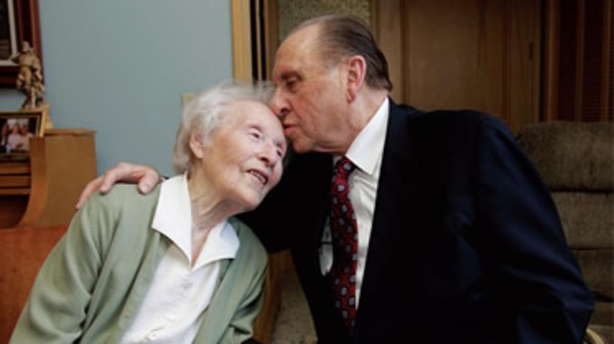 ประธานมอนสันจุมพิตหน้าผากของหญิงชรา