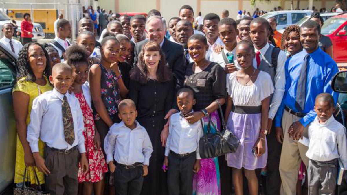 Elder Neil L. Andersen invite les saints de Haïti à être prêts pour rentrer dans le temple