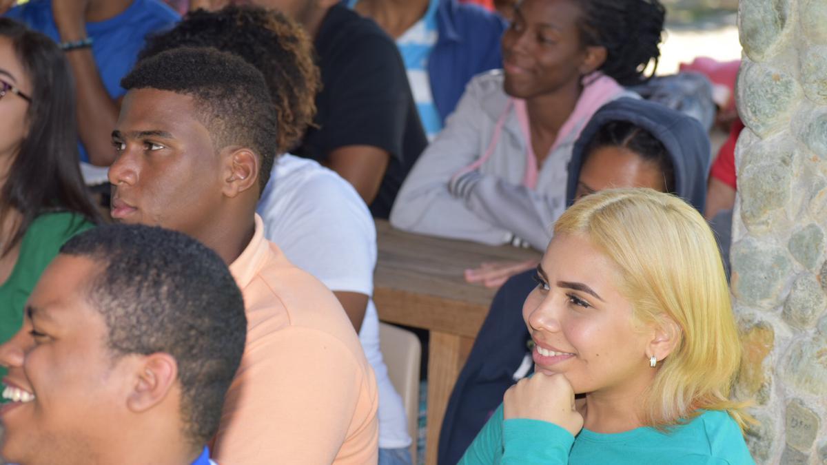 Jovenes disfrutan del devocional