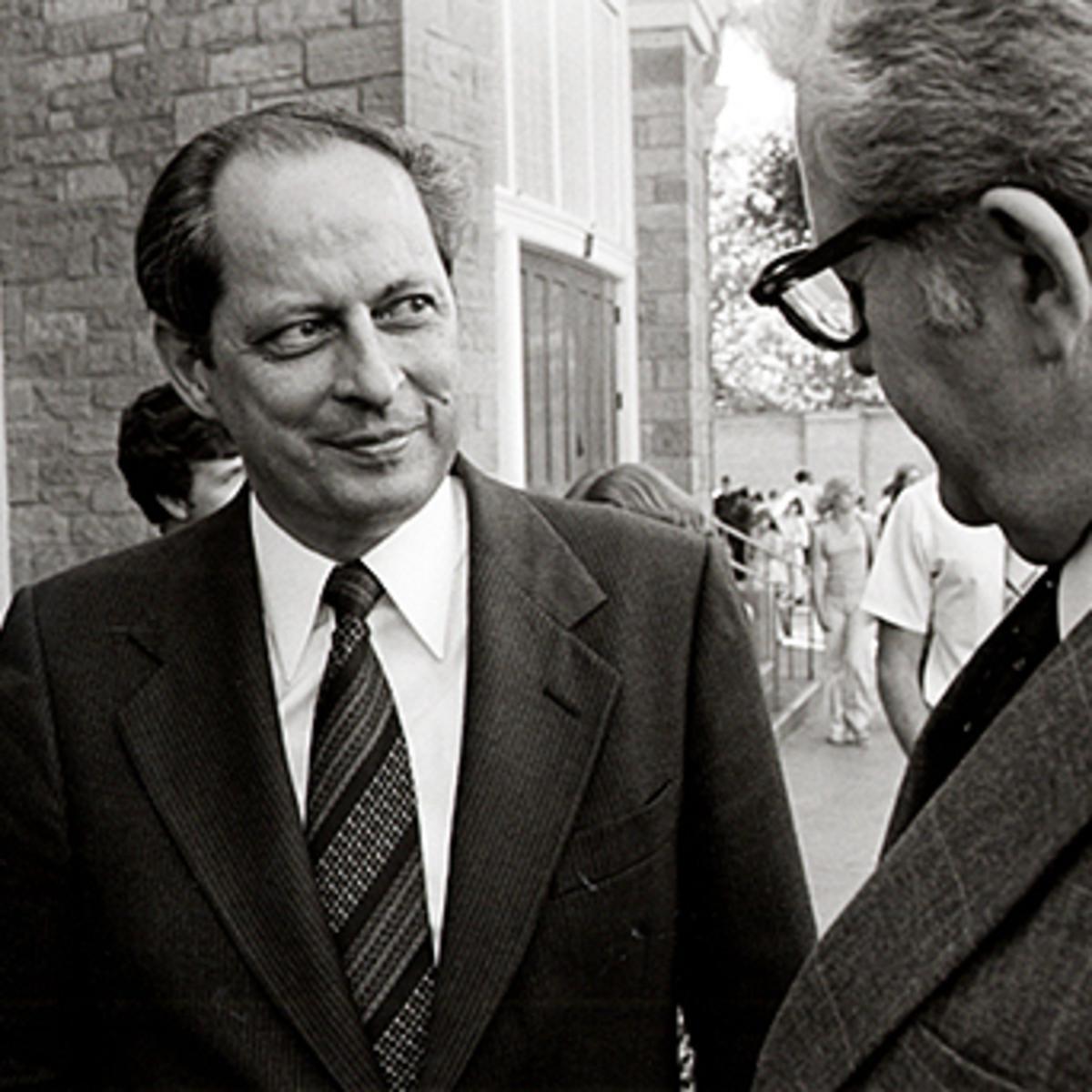 El élder Robert D. Hales fuera del Tabernáculo de Salt Lake durante una conferencia general en 1981.