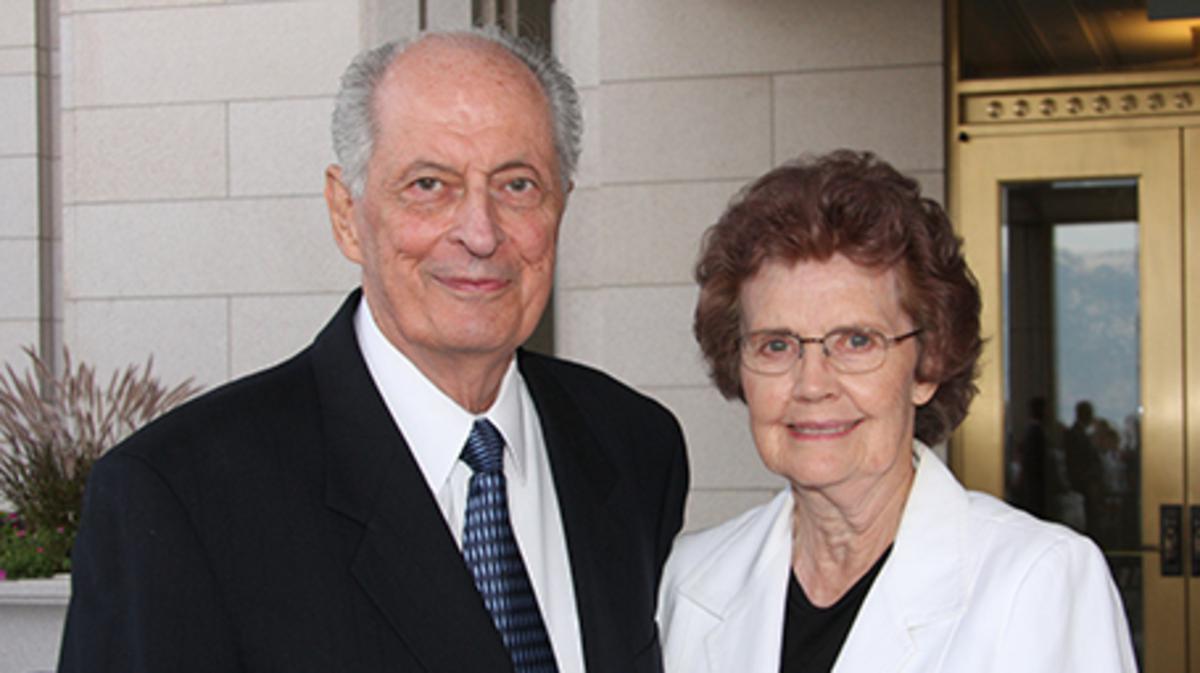 El élder Robert D. Hales y su esposa, Mary, en la dedicación del Templo de Oquirrh Mountain, Utah. Fotografía por Gerry Avant, Deseret News.