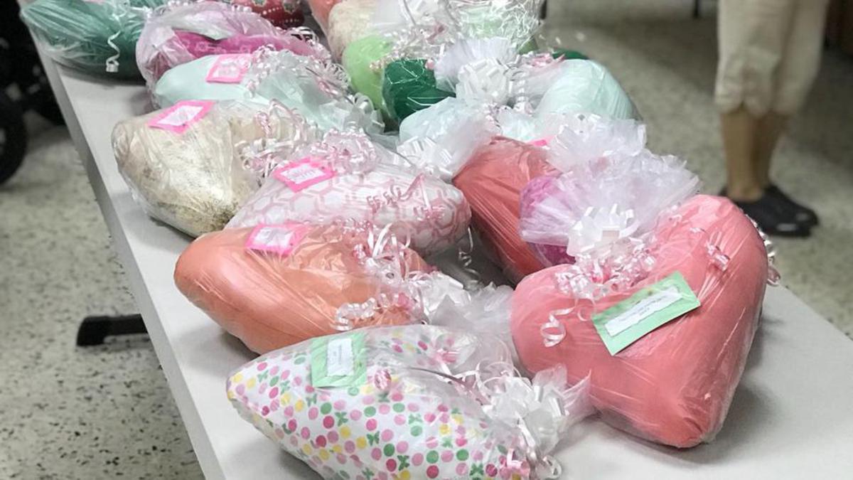 Se entregaron la cantidad de 35 cojines trabajadas a mano por las hermanas de la Sociedad de Socorro de Toa Baja.