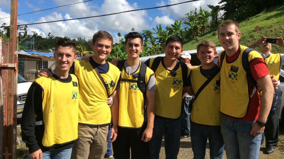 Misioneros regresados a la Isla de Puerto Rico junto a personal del municipio y voluntarios, ayudaron durante la entrega de los víveres