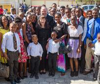 El élder Neil L. Andersen visita Haití