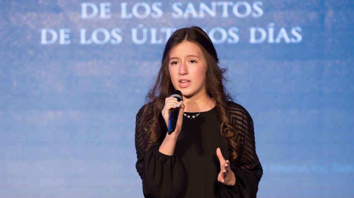 La hermana Cañar interpreta la canción 'Su nombre' durante la cena del 40 aniversario de la Iglesia en R. D.