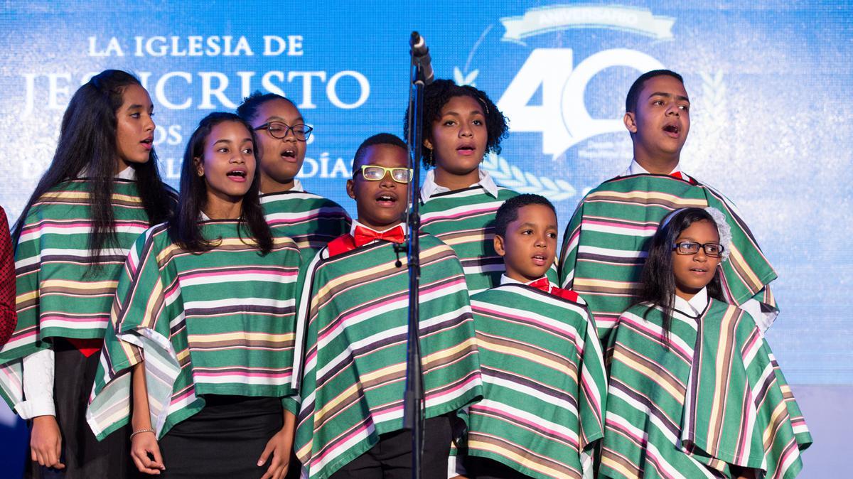 oro de niños y jóvenes interpreta el popular villancico 'El burrito sabanero', durante las presentaciones en la cena del 40 aniversario de la Iglesia en R. D.
