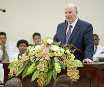 Un apóstol del Señor, el élder Dale G. Renlund visita la Estaca Oriental, después de 28 años