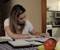 Imagen mujer estudiando las escrituras
