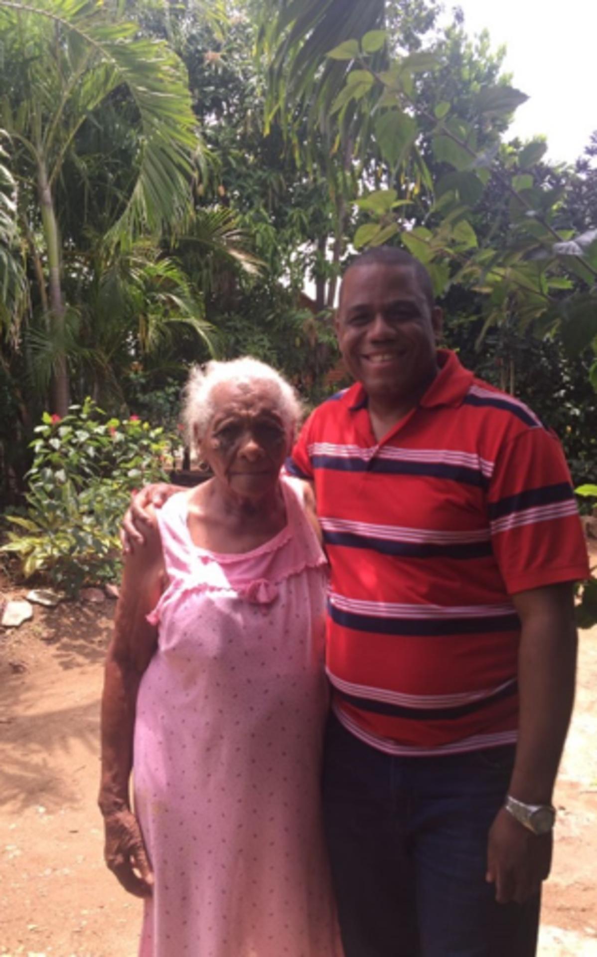 Con mi tía abuela Florita Peña, tiene 95 años.