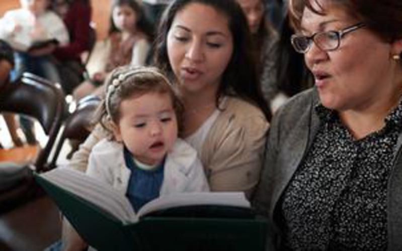 Mitglieder in Argentinien singen aus einem Gesangbuch der Kirche Jesu Christi der Heiligen der Letzten Tage