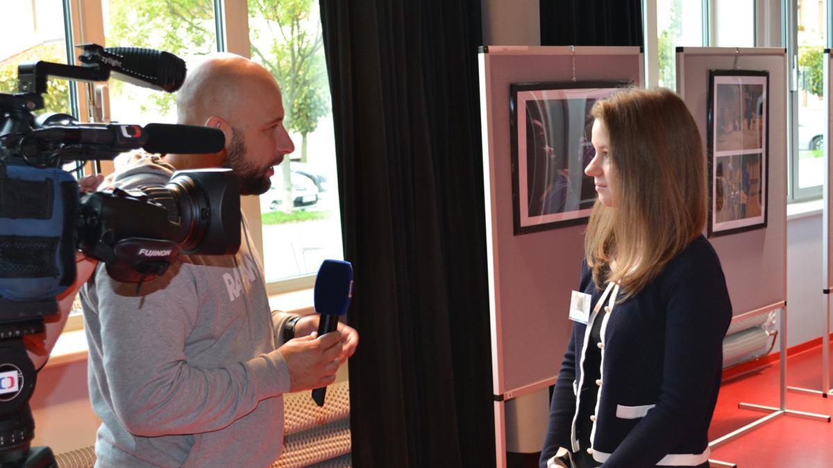 Redaktor České televize Roman Turek při rozhovoru s účastníkem genealogické konference Markétou Řezáčovou.