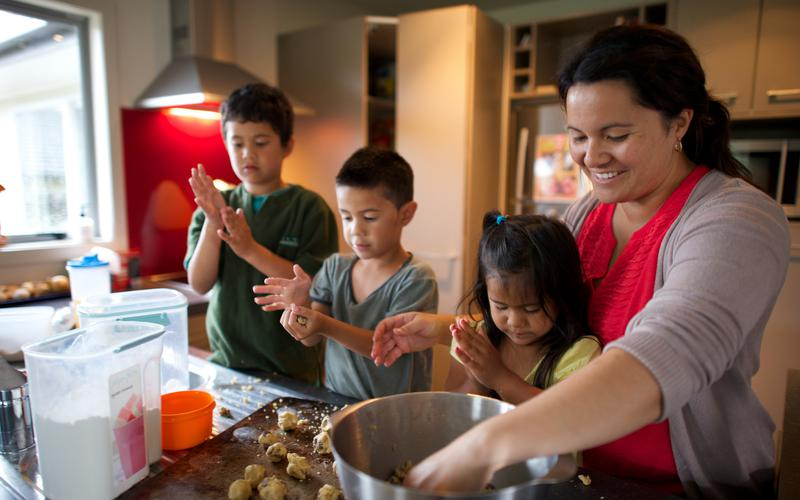 Une famille qui fait des cookies