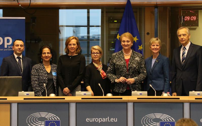 Dirigente delle donne della Chiesa parla a una conferenza del Parlamento europeo