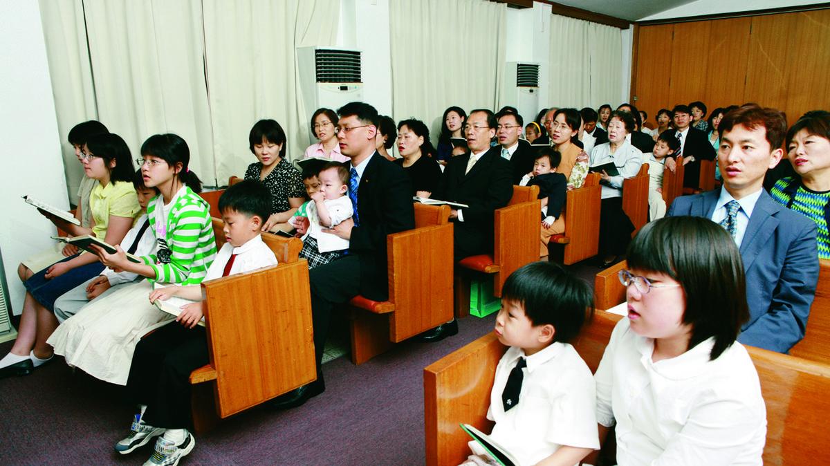 예배를 보고 있는 회원들