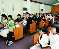예배당에 모인 회원