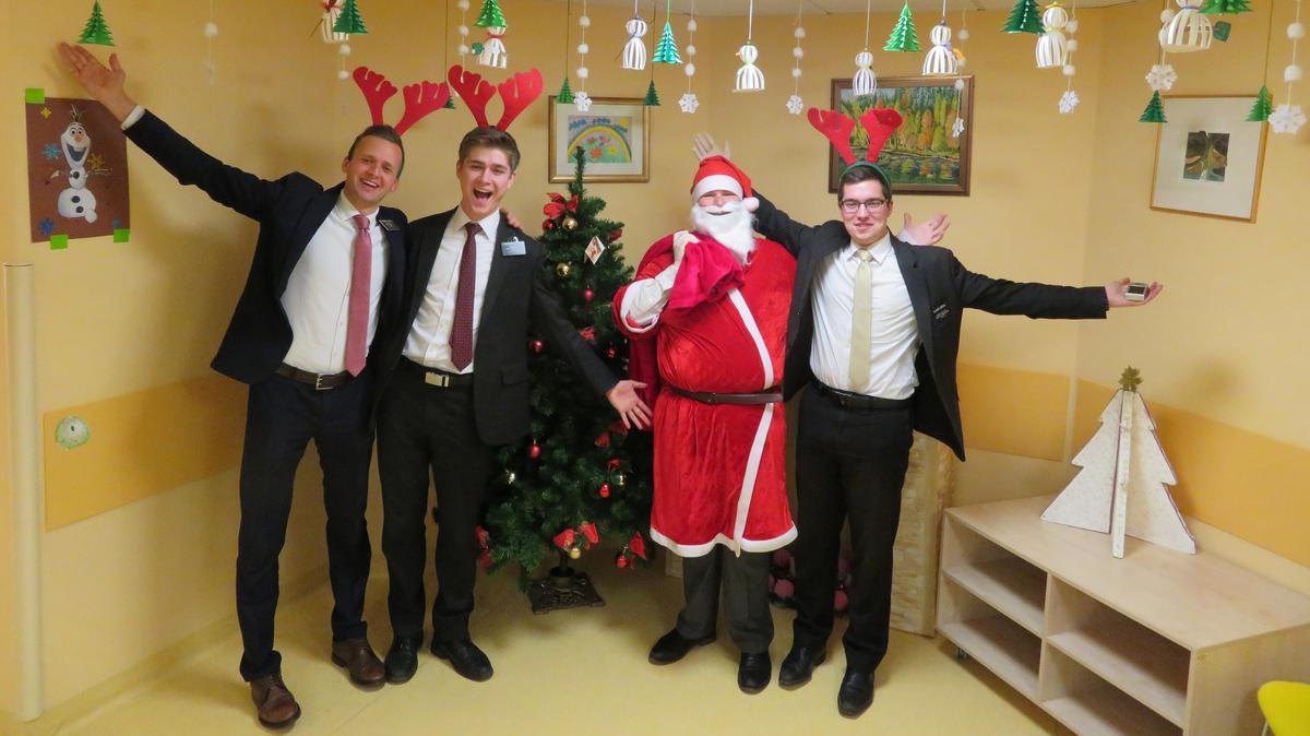 Baznīcas misionāri iepriecina latviešus Ziemassvētkos