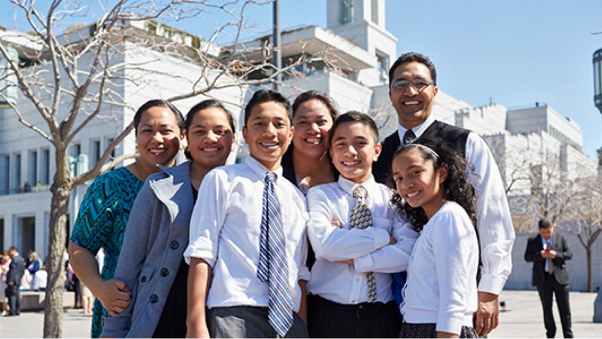 Семья фотографируется у конференц-центра в Солт-Лейк-Сити во время апрельской Генеральной конференции в 2016 году.