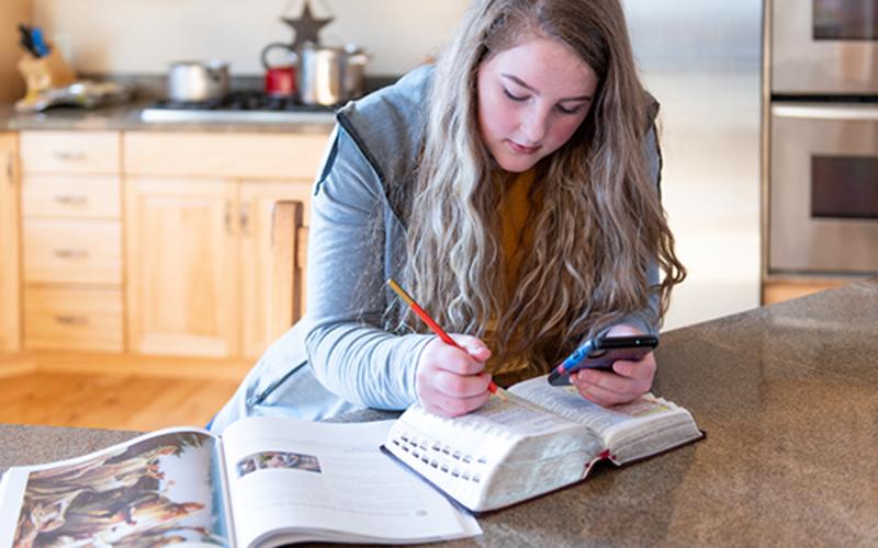 Jóven estudia las escrituras