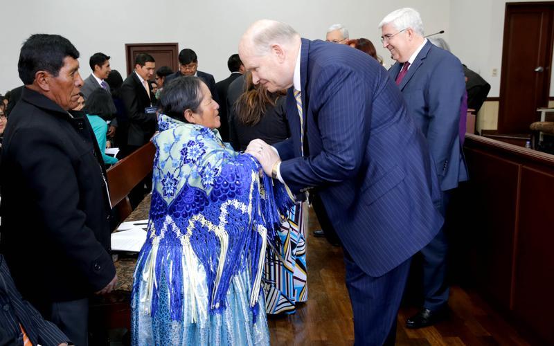 Elder Dale G. Renlund un Apóstol del Señor Jesucristo camina por las tierras de Perú y Bolivia