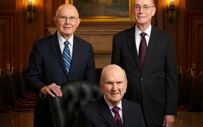 Los miembros de la Iglesia sostienen a la nueva Primera Presidencia en la Asamblea Solemne