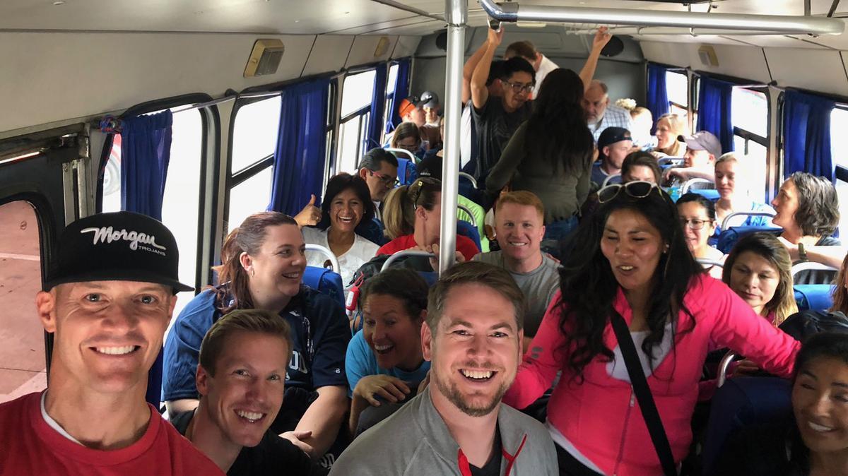 Algunos del grupo de la reunión de la misión en un autobús