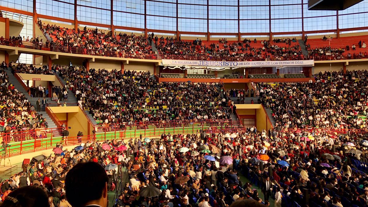 Multitudes llenan el Polideportivo Héroes