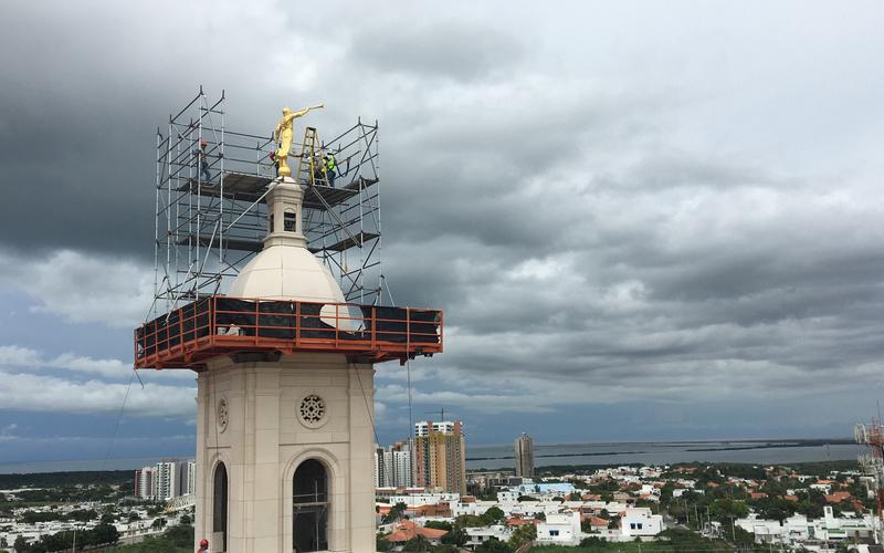 La estatua del ángel Moroni es colocada en el Templo de Barranquilla