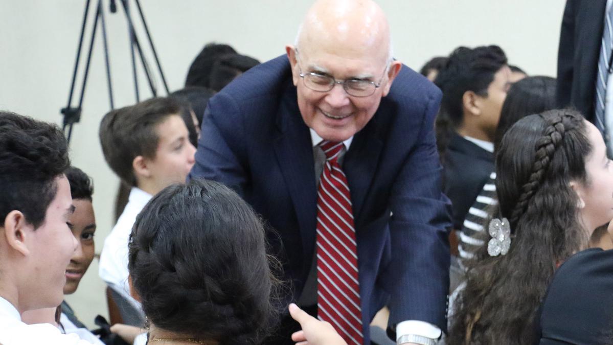 Presidente Oaks saldudan jovenes