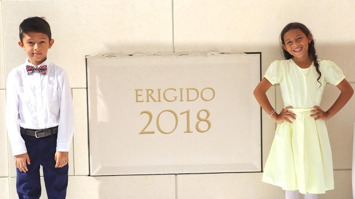 Martín Garzón y Jocelyn Rodríguez representaron a la juventud colombiana en la colocación de mortero en la piedra angular del Templo de Barranquilla, Colombia, el 9 de diciembre de 2018. Foto de Jason Swensen.
