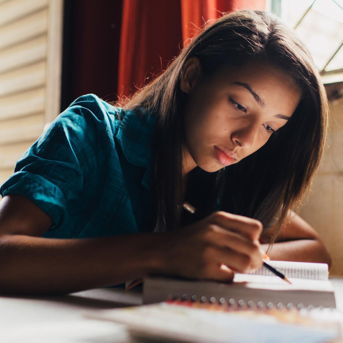 mujer estudia