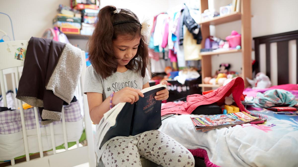 niña leyando el libro