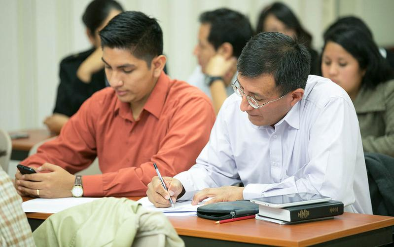 padre ayudando a su hijo con la tarea