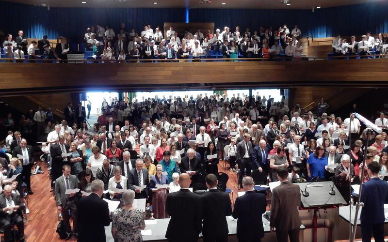 Gemeinsamer Gesang der Konferenzbesucher im Konferenzzentrum Weinfelden.