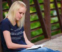 Slečna získava duchovné vedenie skrze štúdium písiem.