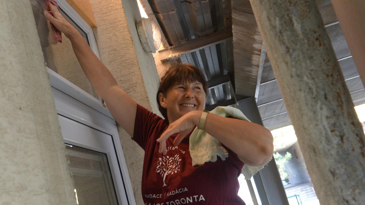 Umývanie okien ako súčasť projektu pomoci