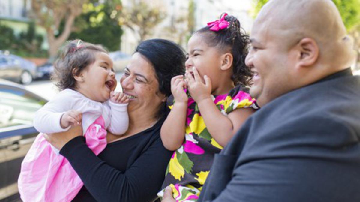 Delva y Kirkome Netane disfrutan el tiempo que pasan con sus hijas, Teisa (derecha) y MeLa (izquierda). Desde entonces, la familia Netane ha sido bendecida con dos hijos más.