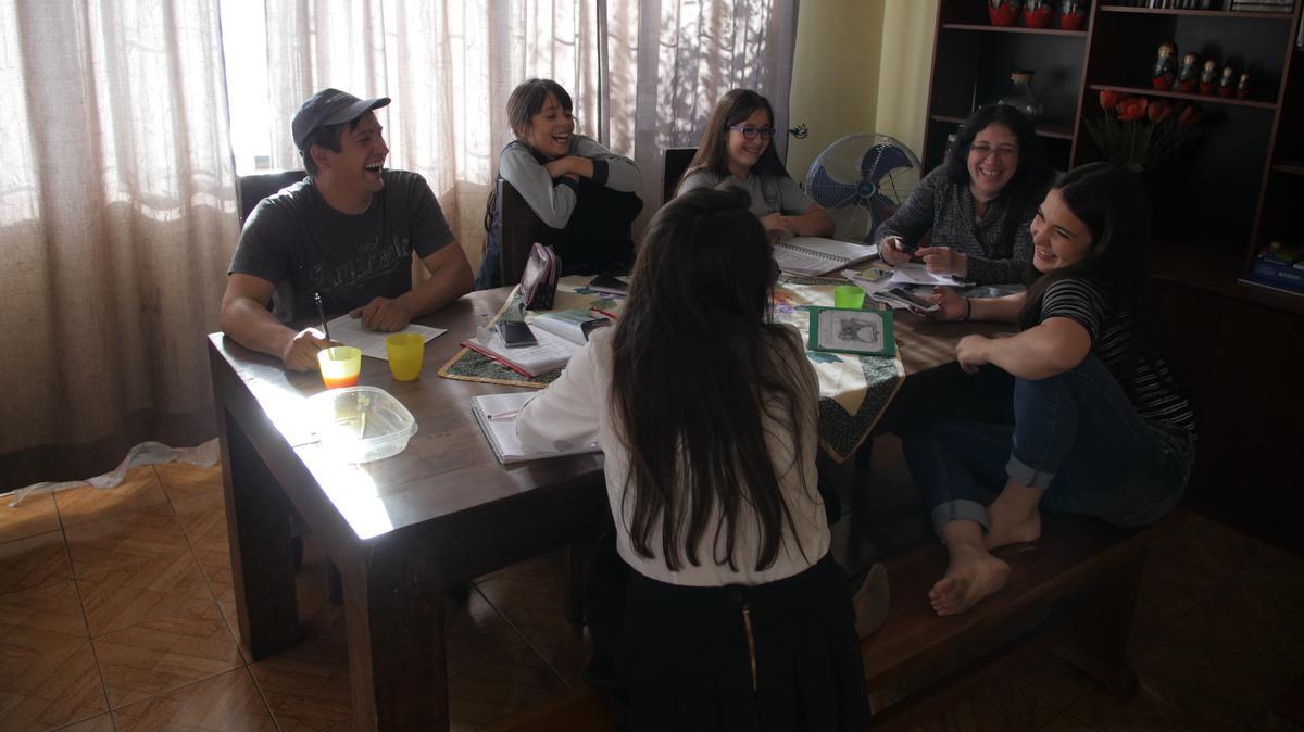 Las familias mormonas pasan tiempo juntas durante una noche de hogar semanal.