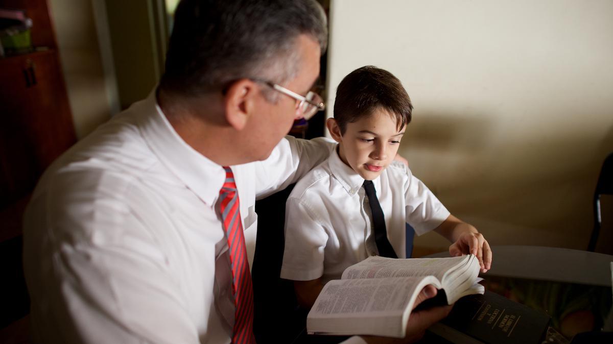 padre y hijo con escrituras