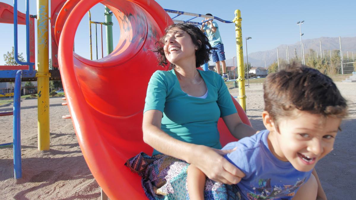 madre y dos hijos van a parque
