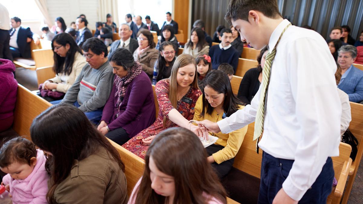 Los mormones creen que tomar la Santa Cena cada semana es una parte importante de la adoración, y participan del sacramento cada domingo durante la reunión sacramental.