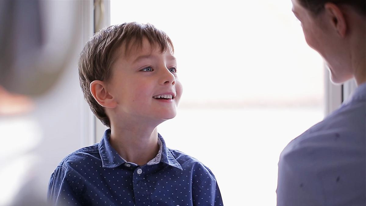 Niño soriente mirando a su padre