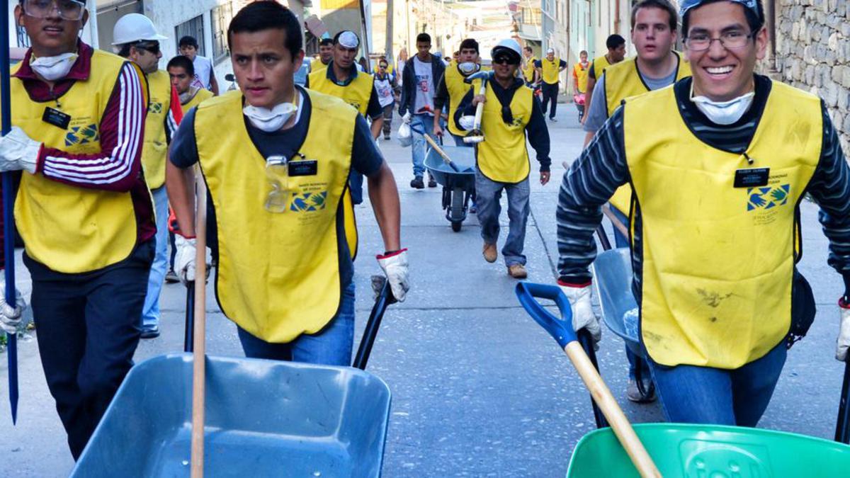 Jóvenes ayudan a retirar árboles caídos tras un vendaval