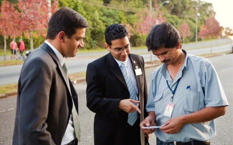 Los misioneros santos de los últimos días pasan su tiempo sirviendo a los demás y enseñando a la gente acerca del evangelio de Jesucristo.