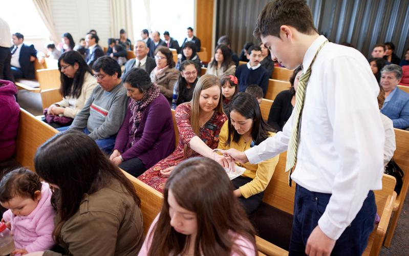 Los mormones creen que tomar la Santa Cena cada semana es una parte importante de la adoración, y participan cada domingo del sacramento durante sus reuniones.