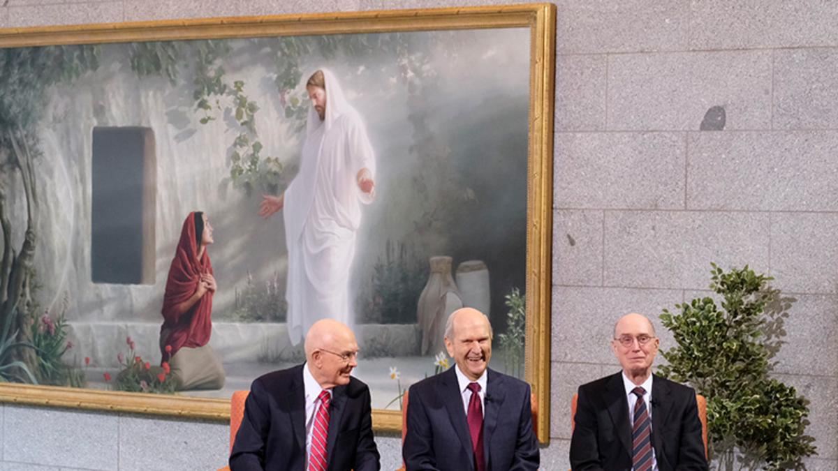 Primero Presidencia con una pintura de Cristo