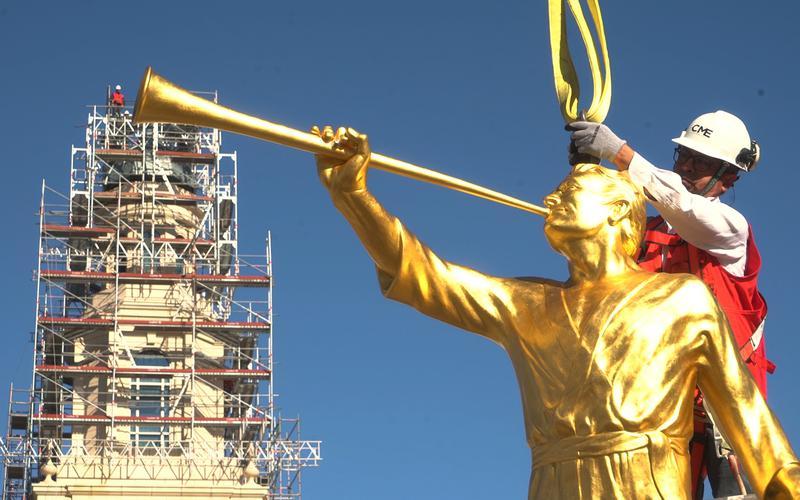 Colocación de la estatua de moroni en el templo de Concepcion