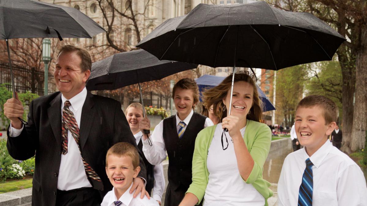 Familia asiste a la Iglesia