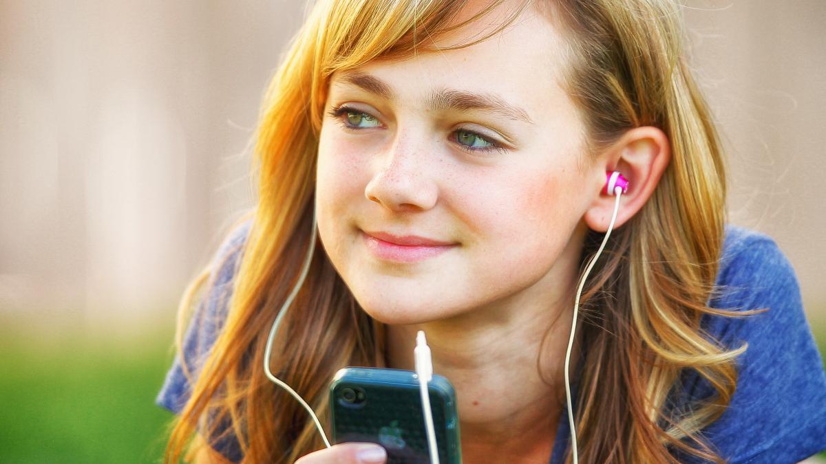 Mujer joven escuchando musica